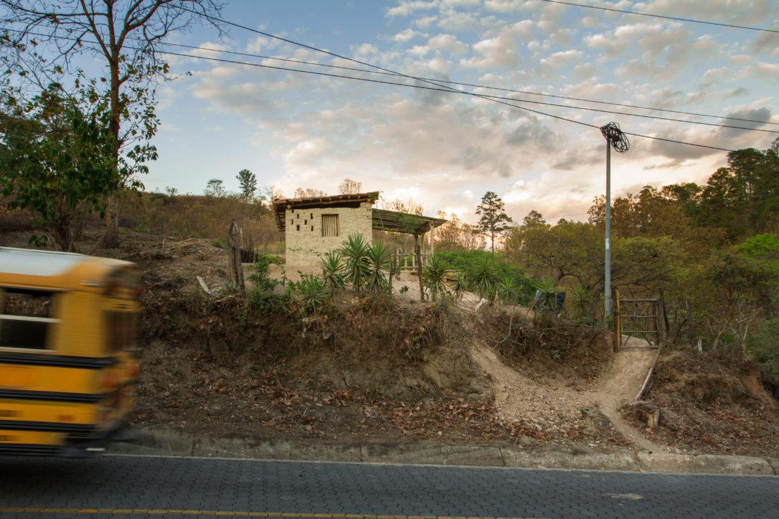 casa en adobe cerca de la carretera