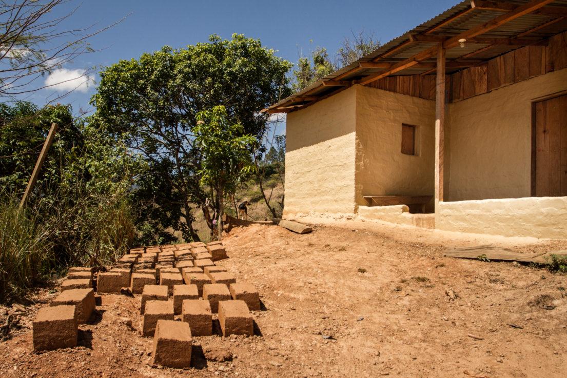 casa en adobe con ladrillos a lado
